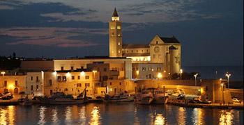 La Basilica Cattedrale Romanica vista dal porto